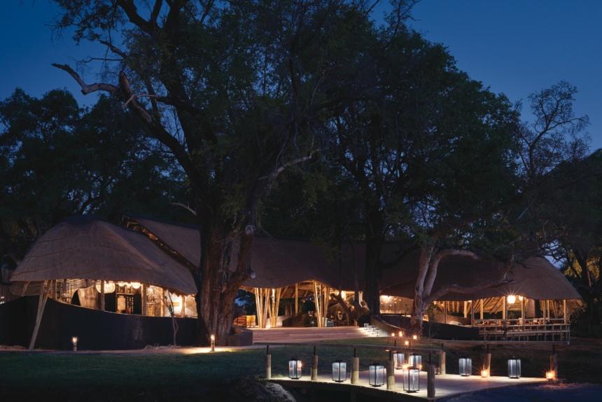 夜景を望むテント:Belmond Safaris, Eagle Island Lodge, Okavango, Botswana.