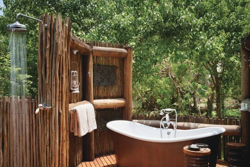 屋外シャワー:Belmond Safaris, Khwai River Lodge, Okavango, Botswana.