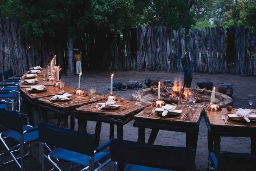 キャンプファイアーを囲みながらの夕食:Belmond Safaris, Khwai River Lodge, Okavango, Botswana.