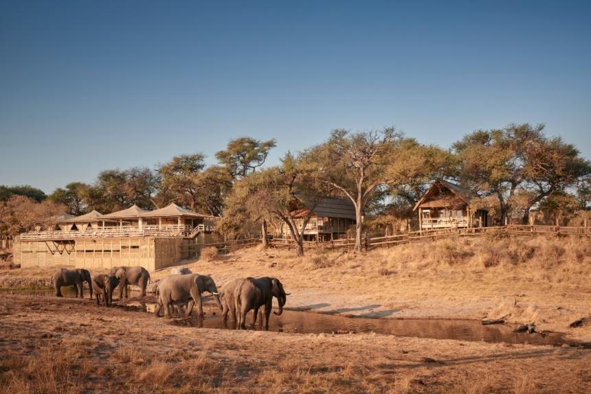 水遊びする象の家族:Belmond Safaris, Savute Elephant Lodge, Botswana.