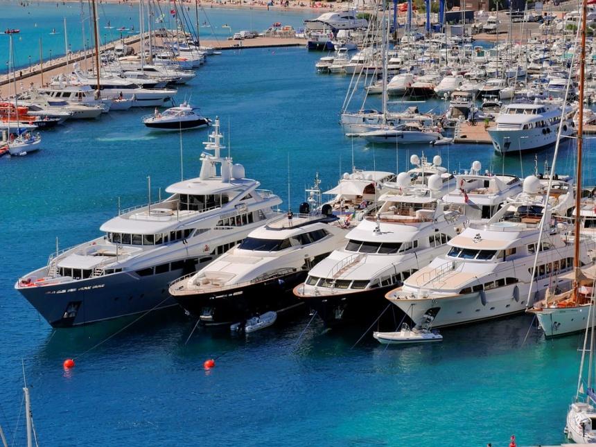 モナコに並ぶレンタル豪華クルーザー