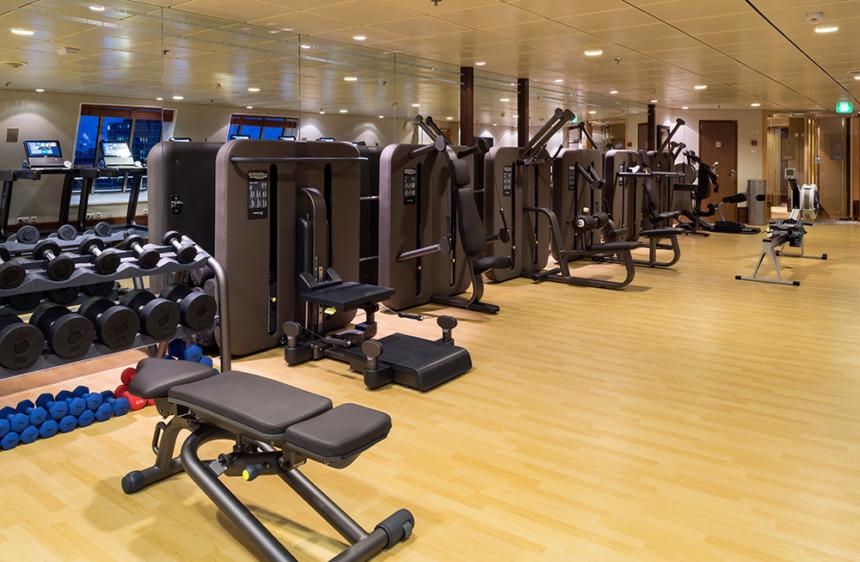 フィットネスセンター 最新鋭の運動器具が並ぶフィットネスセンター。ヨガやピラティス、ストレッチなど様々なフィットネスクラスも開講