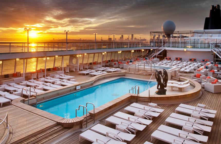 シーホースプール 読書や日光浴など思い思いに洋上の休日を楽しめる屋外温水プール。プールサイドにはジャグジーも併設