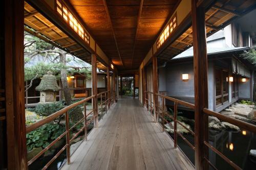 洋々閣,YOYOKAKU,渡り廊下からの庭園が絶景